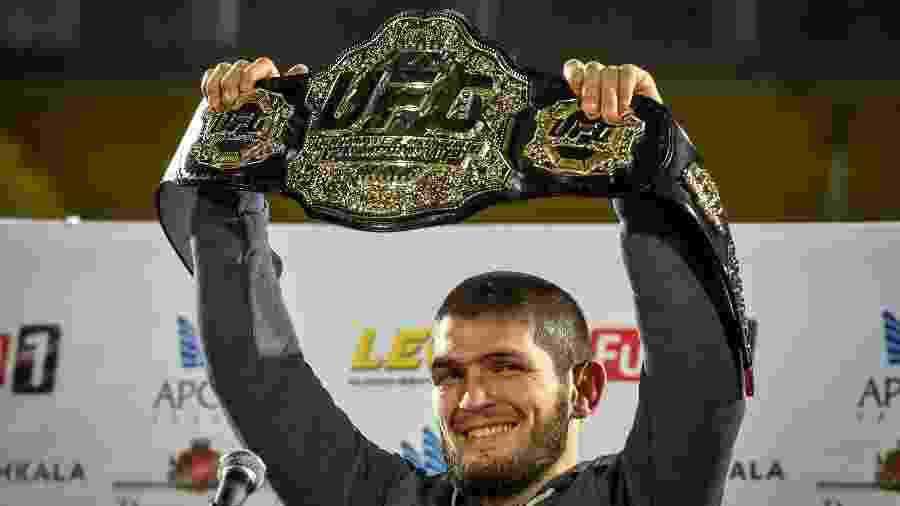 Khabib Nurmagomedov exibe cinturão de campeão do UFC - Vasily MAXIMOV / AFP