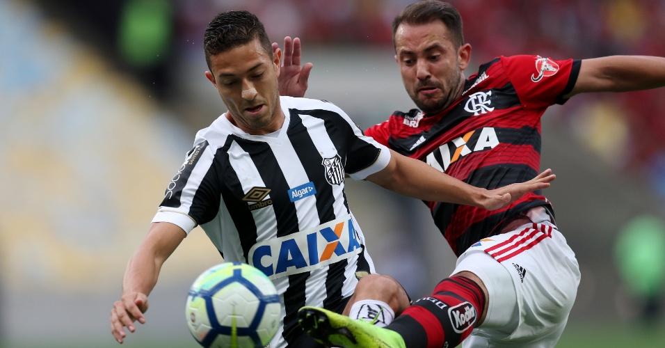 Jean e Everton Ribeiro disputam bola em duelo entre Flamengo e Santos