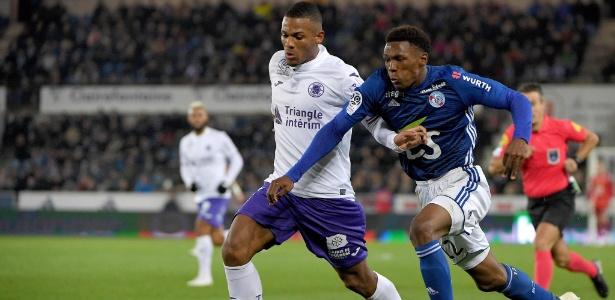 Jean-Clair Todibo, do Toulouse, protege a bola de Lebo Mothiba, do Strasbourg - Patrick Hertzog/AFP