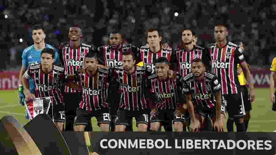 Time do São Paulo posa para foto antes de jogo contra o Talleres, pela Libertadores - DIEGO LIMA / AFP