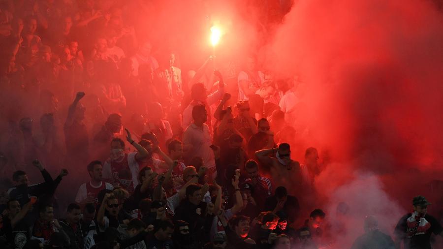 Torcida do Ajax durante jogo na Liga Europa em 2017 - Janek Skarzynski/AFP