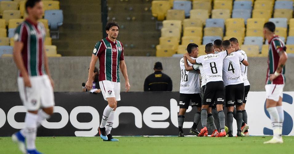 Botafogo comemora gol de Alex Santana sobre o Fluminense