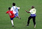 """Chileno leva """"puxão de orelha"""" e se diz arrependido por rasteira em invasor - REUTERS/Sergio Moraes"""