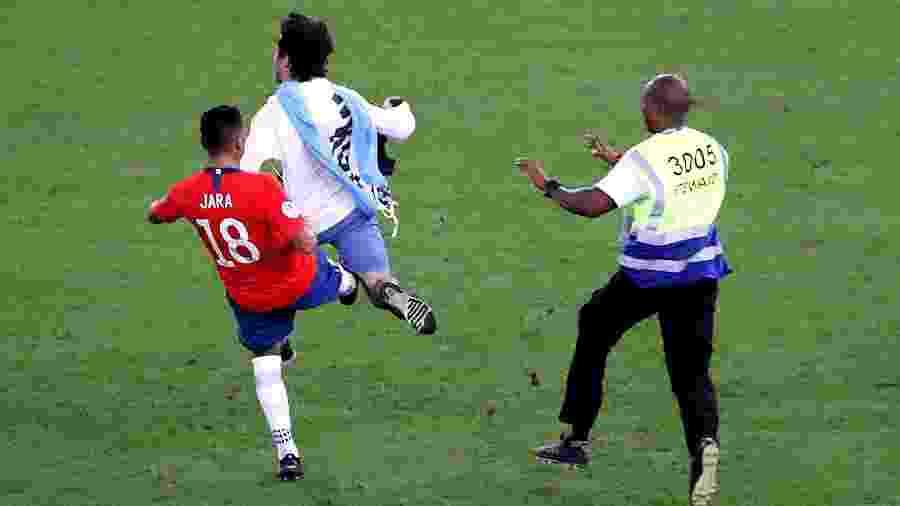 Jara derrubou torcedor que invadiu gramado durante partida entre Chile e Uruguai - REUTERS/Sergio Moraes