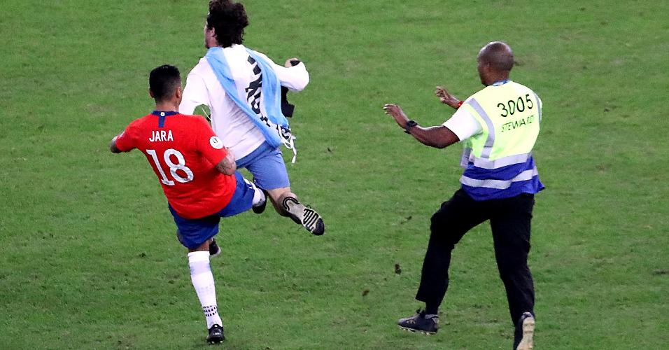 Jara derrubou torcedor que invadiu gramado durante partida entre Chile e Uruguai