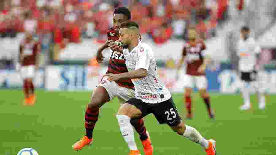 Clayson e Vitinho disputam a bola na partida entre Corinthians e Flamengo pelo Campeonato Brasileiro - Daniel Vorley/AGIF