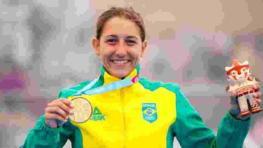 Luisa Baptista com a medalha de ouro do triatlo, a primeira conquistada pelo Brasil no Pan de Lima-2019 - Marcos Brindicci / Lima 2019