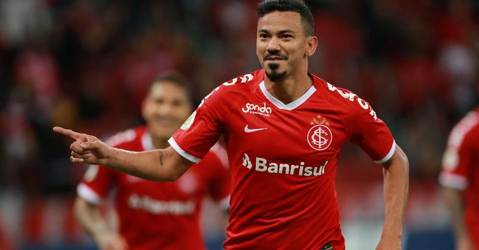 Rodrigo Lindoso comemora seu gol para o Internacional em jogo contra o Botafogo