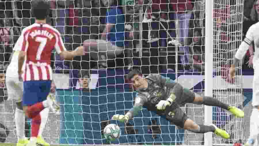 João Félix e Thibaut Courtois, durante o clássico entre Atlético de Madri e Real Madrid - Divulgação/La Liga