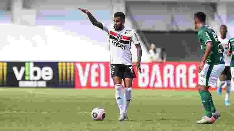 Daniel Alves, do São Paulo, em ação contra o Palmeiras no clássico disputado em Araraquara - Rubens Chiri/saopaulofc.net - Rubens Chiri/saopaulofc.net