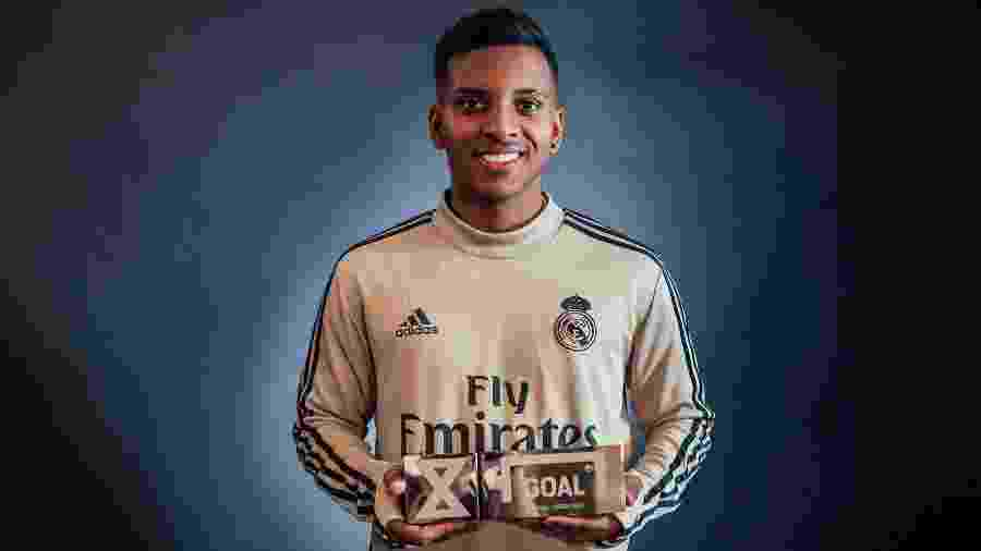 Rodrygo com seu prêmio de melhor jogador jovem - Divulgação