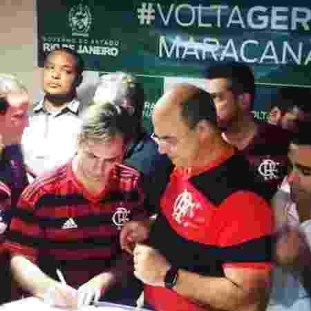 Deputado Jorge Felippe Neto assina decreto durante cerimônia com o governador Wilson Witzel - Reprodução/Facebook
