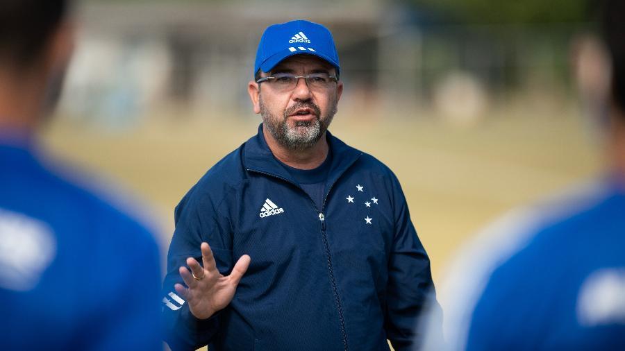 Enderson Moreira, técnico do Cruzeiro, define a equipe que enfrentará a URT neste domingo (26) - Bruno Haddad/Cruzeiro