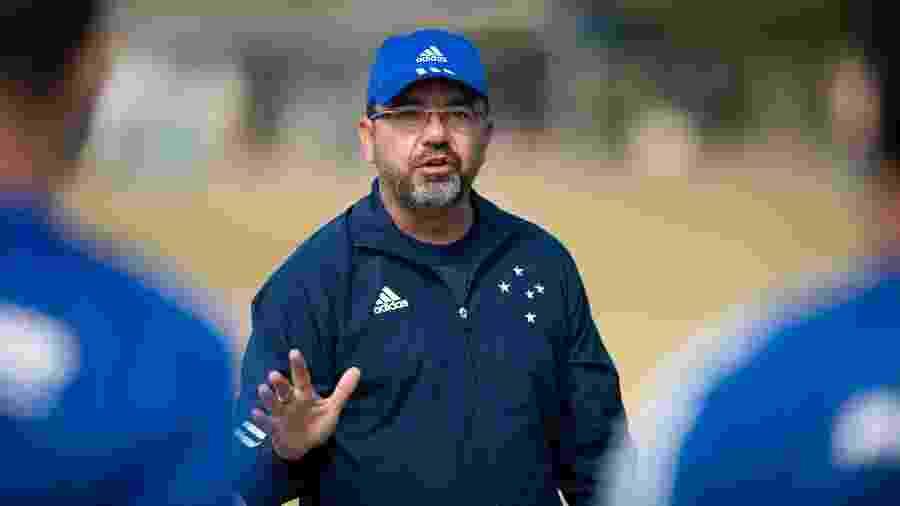 Enderson Moreira, técnico do Cruzeiro, quer um atacante para jogar pelo lado do campo - Bruno Haddad/Cruzeiro