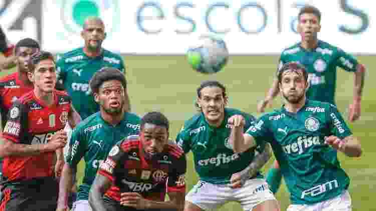 Jogadores do Palmeiras disputam lance com jogadores do Flamengo durante partida do Brasileirão 2020 - Marcello Zambrana/AGIF - Marcello Zambrana/AGIF