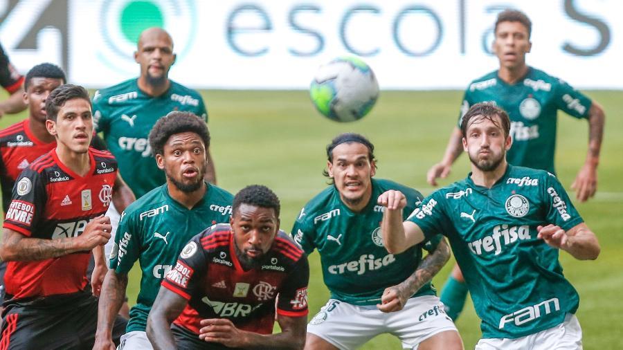 Jogadores do Palmeiras disputam lance com jogadores do Flamengo durante partida do Brasileirão 2020 - Marcello Zambrana/AGIF
