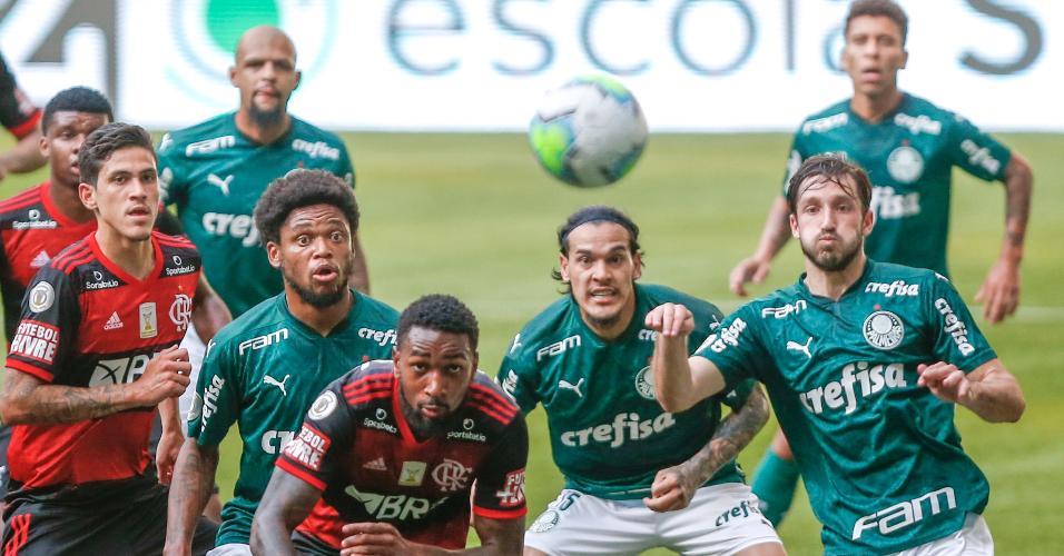 Jogadores do Palmeiras disputam lance com jogadores do Flamengo durante partida do Brasileirão 2020