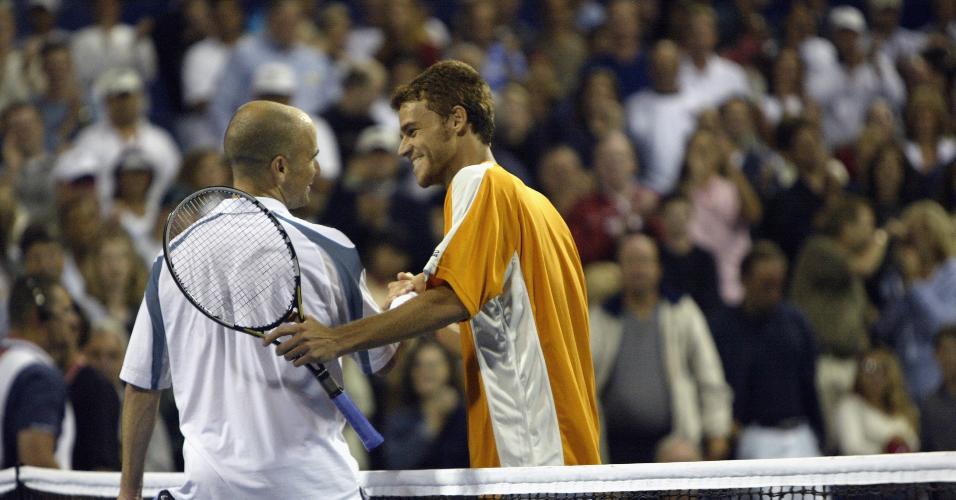 Gustavo Kuerten (BRA) em jogo contra Andre Agassi em julho de 2002