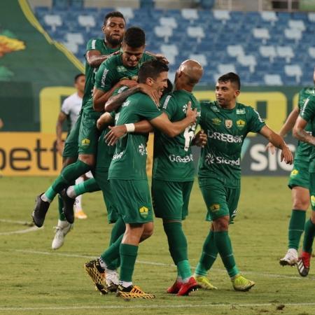 Jogadores do Cuiabá comemoram gol contra o Guarani; time está fora da Copa do Brasil - Divulgação/AssCom Dourado
