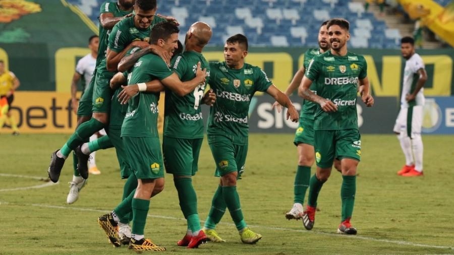 Jogadores do Cuiabá comemoram gol contra o Guarani - Divulgação/AssCom Dourado