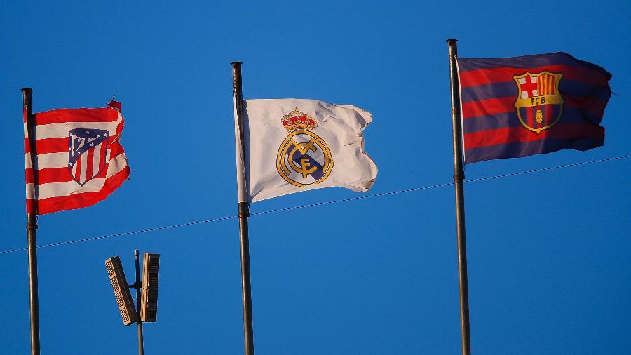 Bandeiras de Atlético de Madri, Real Madrid e Barcelona durante um duelo do Campeonato Espanhol - Eric Alonso/Getty Images