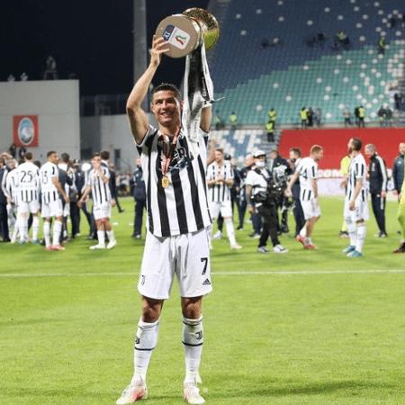 Cristiano Ronaldo levanta a taça da Copa da Itália - Reprodução