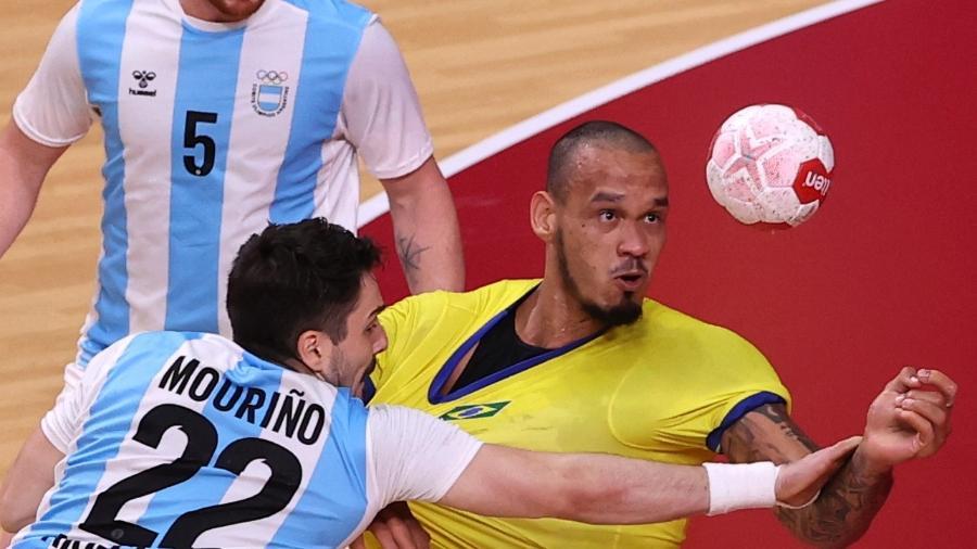 Rogério Moraes durante jogo contra a Argentina no handebol nos Jogos Olímpicos de Tóquio - REUTERS/Gonzalo Fuentes