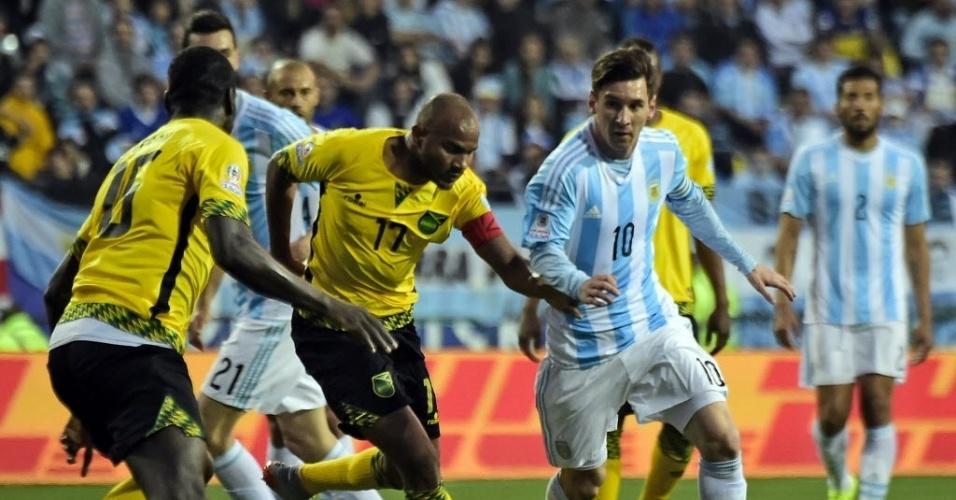 Messi é marcado de perto pelos jamaicanos no último jogo do grupo B da Copa América