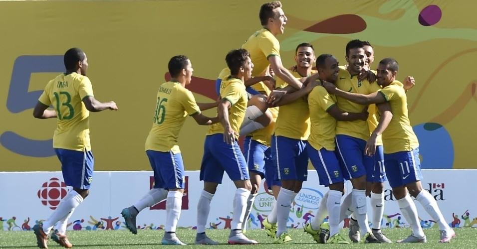 Seleção brasileira comemora o gol marcado por Luan contra o Peru
