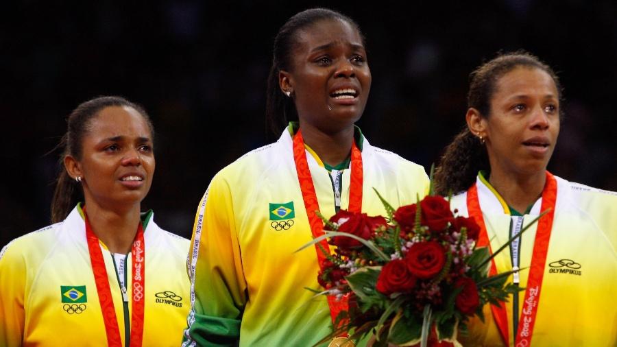 Equipe feminina de vôlei do Brasil recebe a medalha de ouro em Pequim (2008) - Cameron Spencer/Getty Images