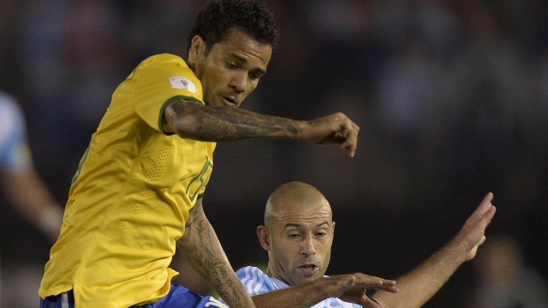 Daniel Alves disputa bola com Mascherano na partida do Brasil contra a Argentina pelas Eliminatórias