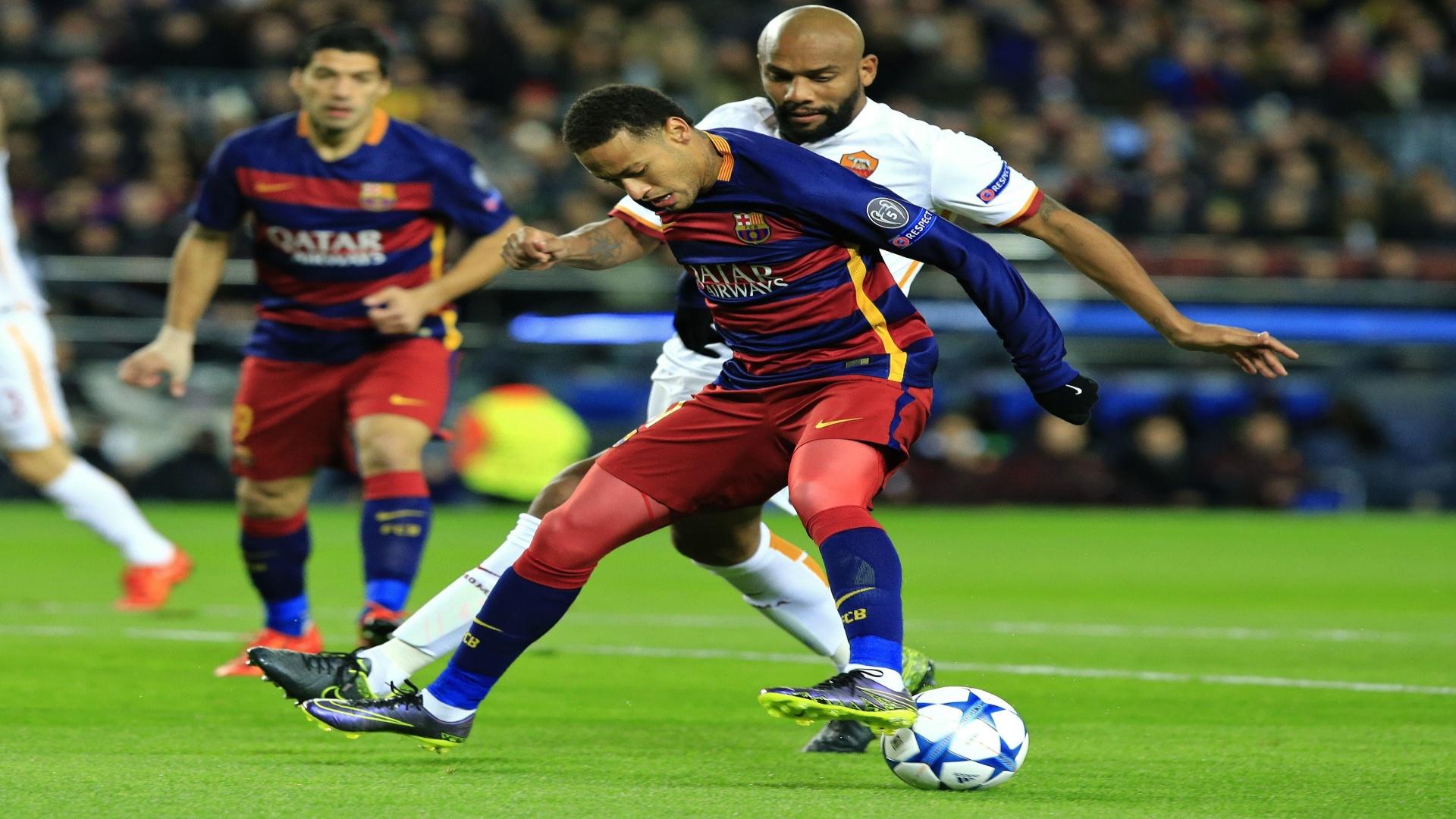 Maicon tenta desarmar Neymar durante o confronto entre Barcelona e Roma