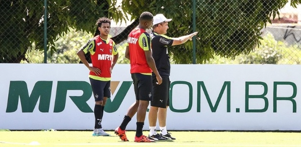 Diego Aguirre conversa com Jesiel, durante treino do Atlético-MG, na Cidade do Galo