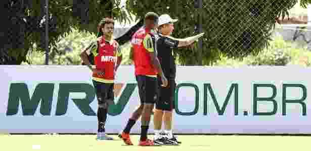 Diego Aguirre conversa com Jesiel, durante treino do Atlético-MG, na Cidade do Galo - Bruno Cantini/Clube Atlético Mineiro