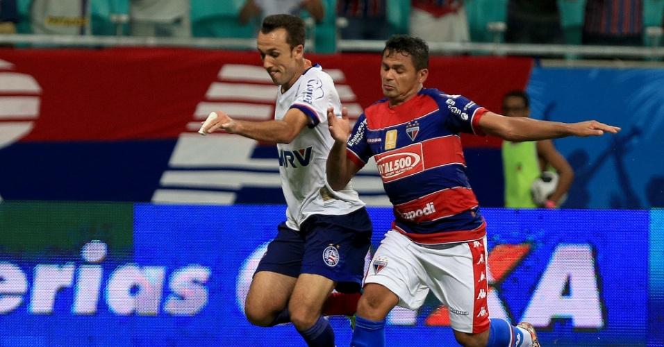 03.abr.2016 - Thiago Ribeiro, do Bahia, disputa a bola com jogador do Fortaleza, em jogo da Copa do Nordeste