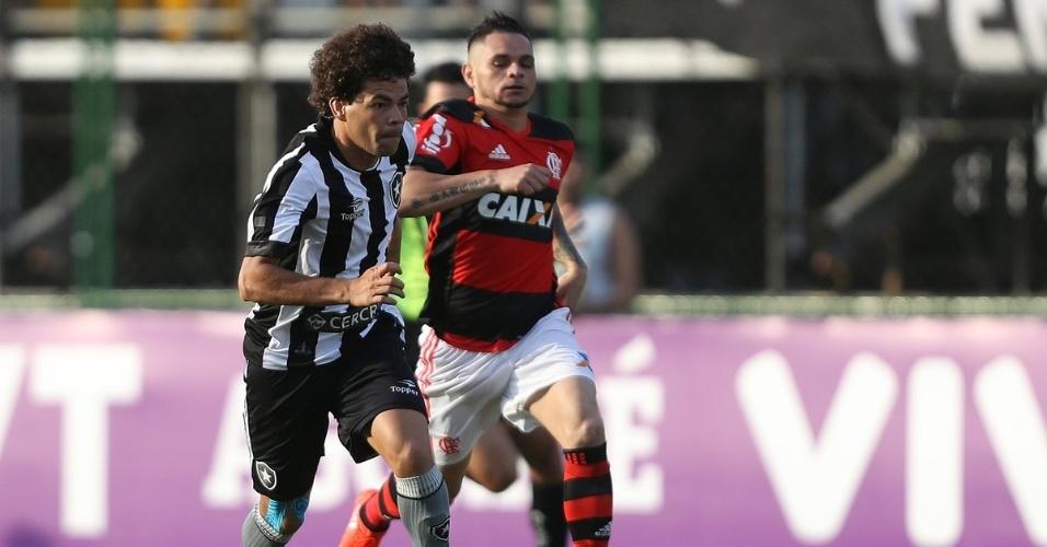 Camilo conduz a bola na partida Botafogo x Flamengo pelo Campeonato Brasileiro