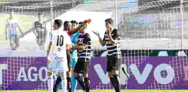 Balbuena é expulso após falta em Roger, da Ponte Preta - Robson Ventura/Folhapress - Robson Ventura/Folhapress
