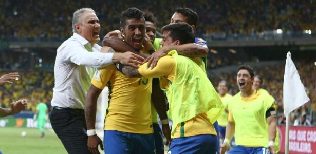 Boa fase em campo: Tite comemora gol com jogadores da seleção, no Mineirão