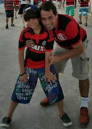 Victorino Chermont posa com o filho Victorino na rampa de acesso ao Maracanã