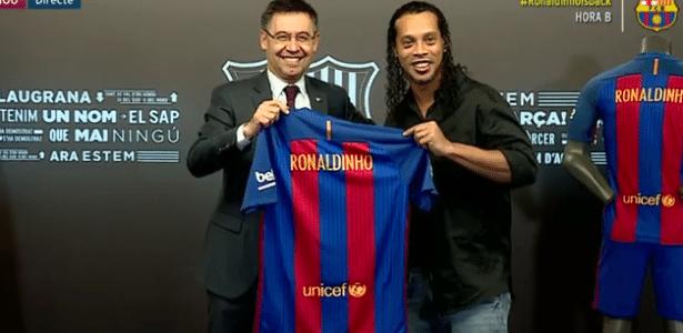 Ronaldinho assinou contrato como embaixador do Barcelona na sexta