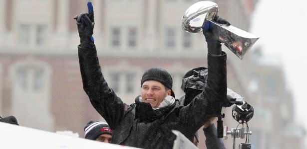 Tom Brady com a taça do último Super Bowl durante desfile em Boston