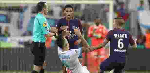 Neymar atinge Ocampos antes de ser expulso em Olympique x PSG - Valery Hache/AFP Photo - Valery Hache/AFP Photo