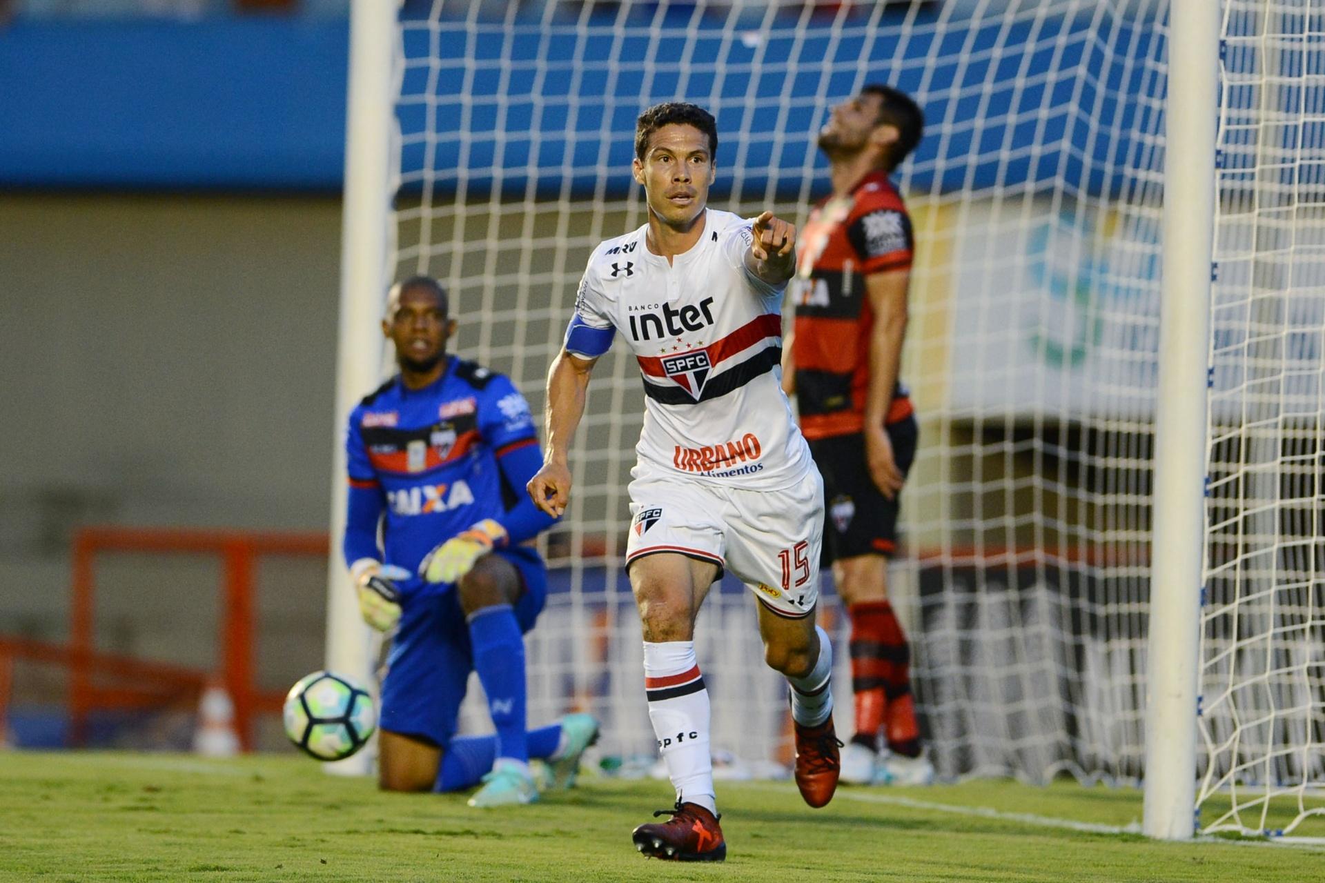 7b09bb6ee7 Mercado da Bola  São Paulo traz Hernanes e Rodrigo Caio fecha com o Fla -  Listas - BOL