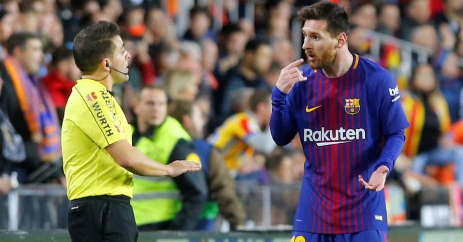 Messi conversa com bandeirinha após ter seu gol não validado