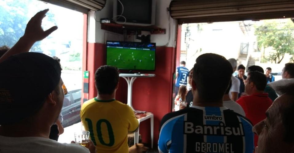 Amigos de Pedro Geromel viram a final do Mundial em bar de São Paulo