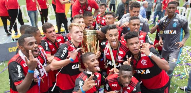 Jogadores do Flamengo na festa pós-título no Pacaembu; volta olímpica será no Maraca