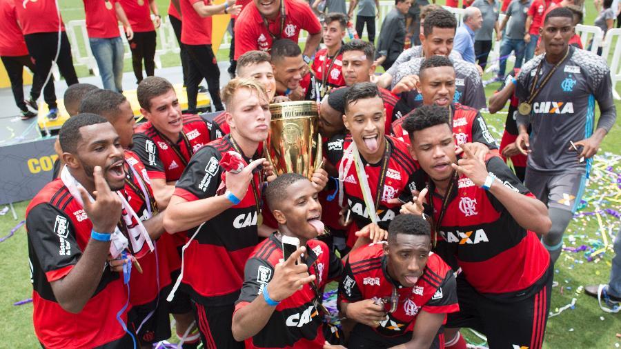 Jogadores do Flamengo com a taça da Copa São Paulo de 2018, o último titulo do clube na competição - Daniel Vorley/AGIF