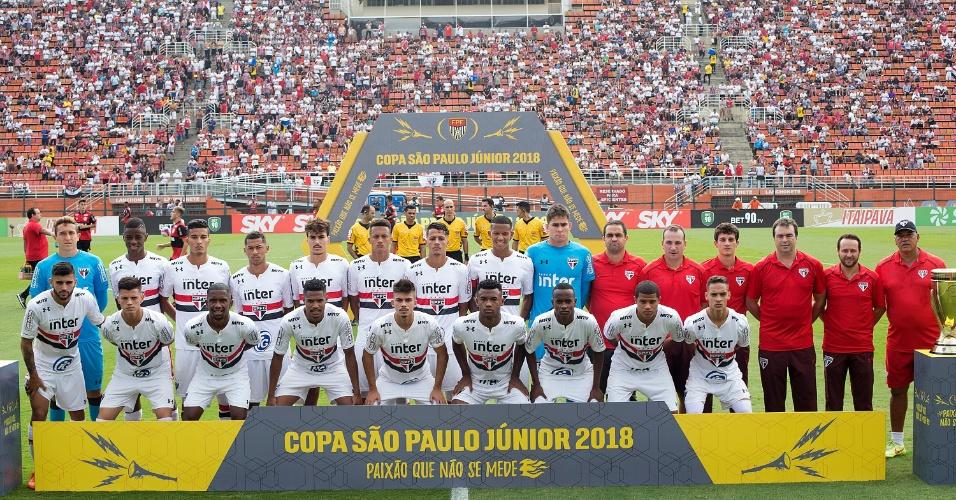 Time do São Paulo posa antes do início da final da Copa São Paulo