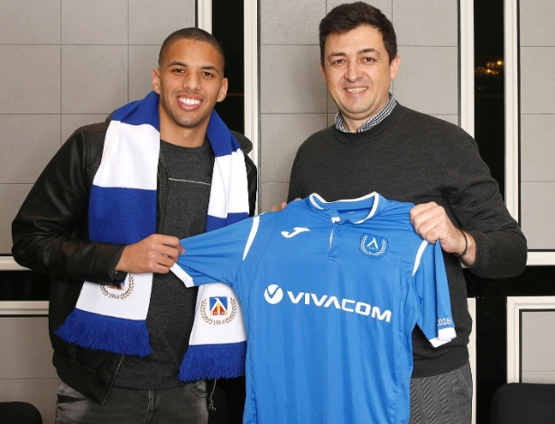 Rivaldinho recebeu a camisa do novo clube, o sétimo da carreira aos 22 anos