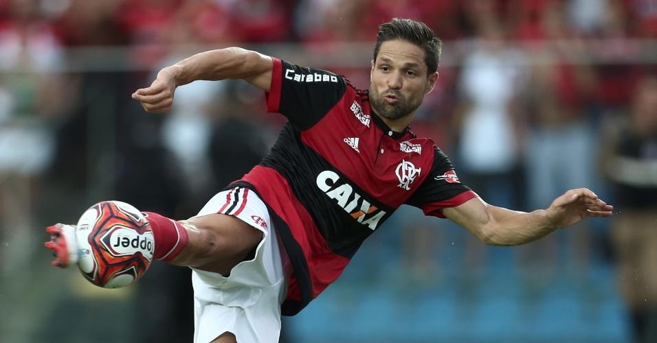 O meia Diego tenta finalização na partida entre Boavista e Flamengo